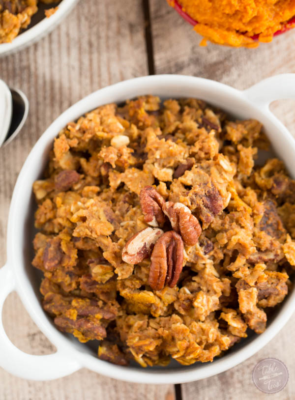 The perfect Fall breakfast for a crowd! This pumpkin spice baked oatmeal has just the right amount of pumpkin, oats. and warm spices to give your breakfast that Fall flair!