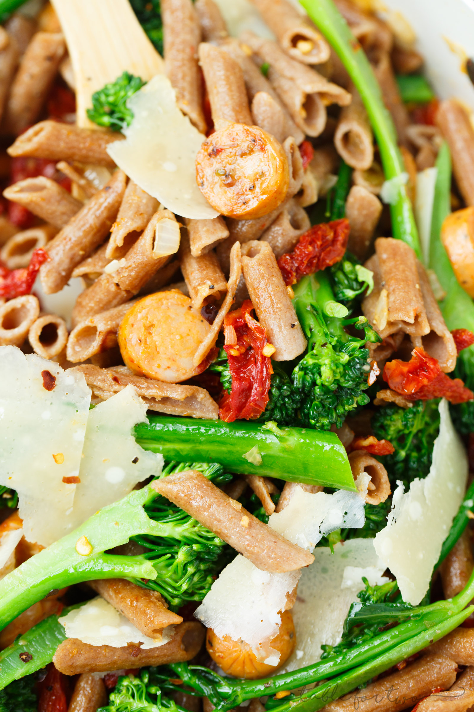 A light and hearty pasta dish that will sure to fill you up! This whole wheat penne with broccoli rabe, chicken sausage, and sundried tomatoes is a flavorful and unique pasta dish to put on your dinner table!