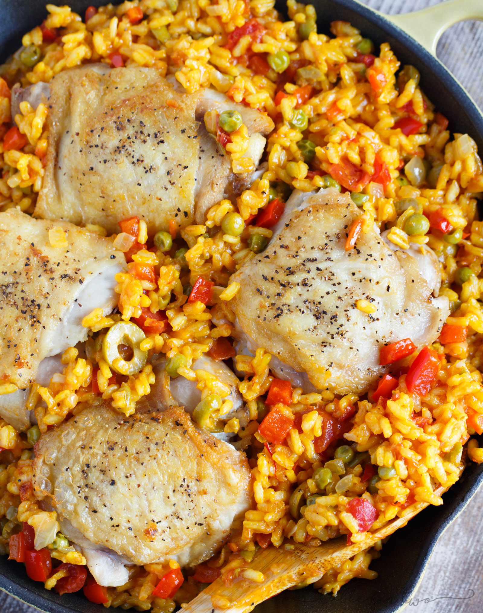 A quick and easy weeknight dish that will be a winner on your dinner table! This arroz con pollo skillet dish has incredible amounts of flavor and is a classic!