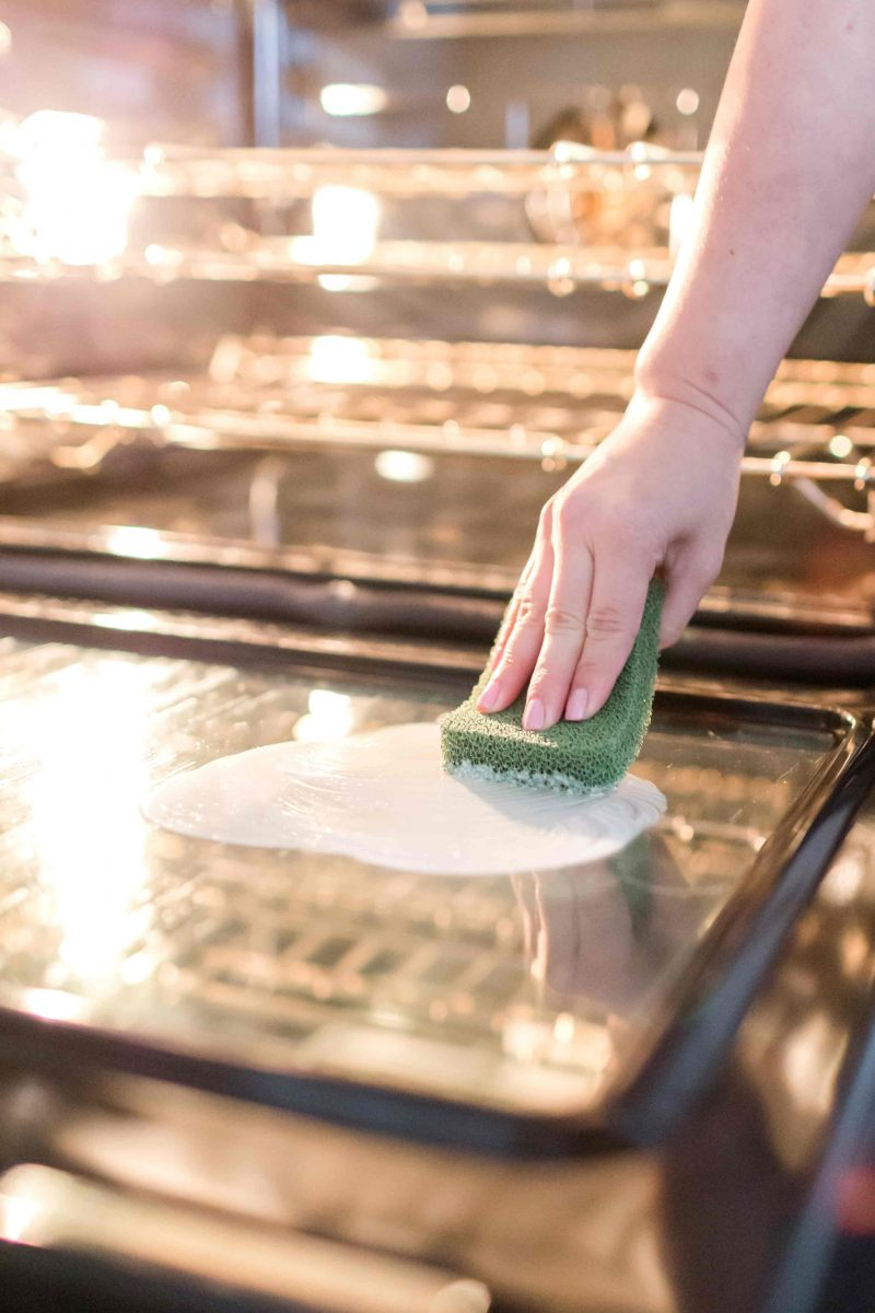 Ever wondered what the best way to clean your glass oven door is? My method of cleaning your glass oven door will guarantee it to have a mirror finish! #springcleaning #ovencleaning #cleanoven #ovendoor #cleaninghacks