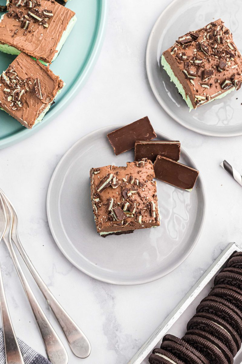 Calling all mint chocolate lovers! This no-bake Andes mint cheesecake bar is a ridiculously easy dessert to make and will satisfy your mint chocolate cravings!